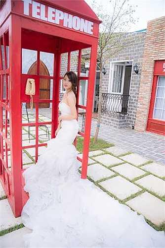Cô bạn đã chụp bộ ảnh mang tên 'Single bridal' tại phim trường Jetaime. Cô chia sẻ: 'Mình thực hiện bộ ảnh Single bridal để trải nghiệm cảm giác của một cô dâu tương lai xinh đẹp mặn mà trong bộ váy cưới, dù chỉ một lần trong đời'.