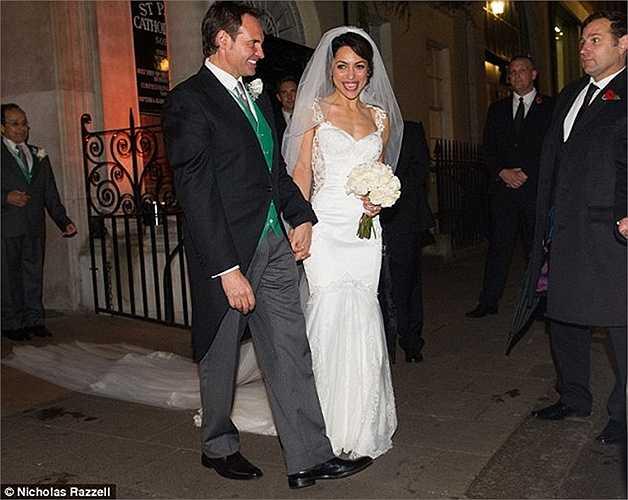 Eva Carneiro trông rạng ngời trong ngày trọng đại, dù cô đã ở tuổi 42