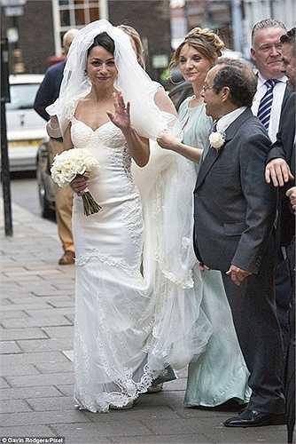 Bỏ lại tất cả, Eva vẫn vui hết cỡ trong đám cưới