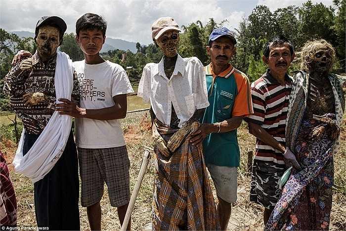 Cứ 3 năm một lần, người Toraja sống trên đảo Sulawesi, Indonesia lại thực hiện nghi lễ có tên Ma'nene, đào xác lên và mặc quần áo mới cho người đã khuất
