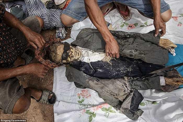 Trong nghi lễ rùng rợn này, người ta đào xác người đã chết lên và chuẩn bị những bộ quần áo mới để thay thế