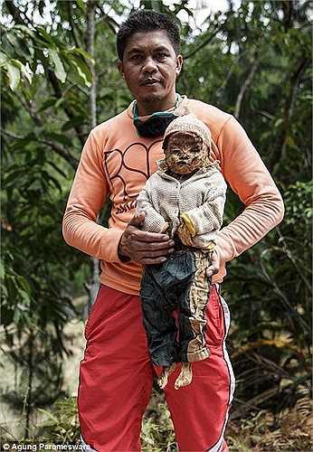 Nghi lễ bắt nguồn từ câu chuyện một thợ săn tên Pong Rumasek đi săn trên núi thì nhìn thấy một xác chết đang phân hủy dưới gốc cây. Ông Pong đã dùng quần áo của mình mặc cho xác chết rồi chôn cất. Sau đó ông Pong luôn gặp may mắn