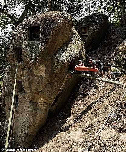 Quan tài đựng người chết được đặt trong các hốc đá cho đến khi tang lễ hoàn thành