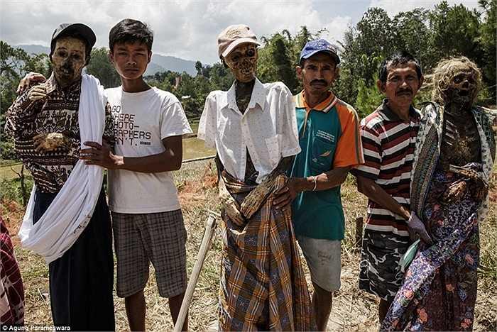 Những người Toraja thực hiện nghi lễ mặc quần áo mới cho xác người thân