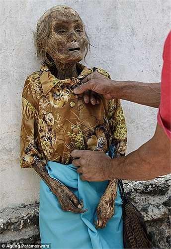 Anh ta đem quần áo của mình mặc cho xác chết rồi chôn cất tử tế và sau đó gặp rất nhiều may mắn