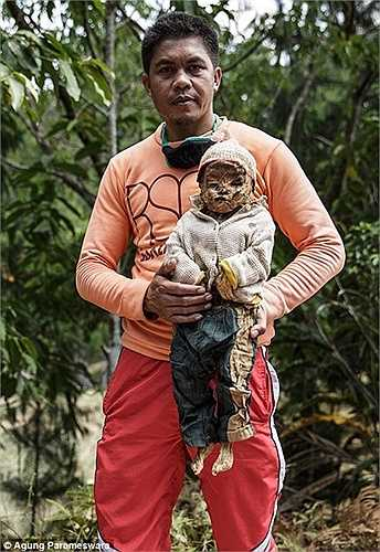 Thi thể trẻ em cũng được đưa về mặc quần áo mới