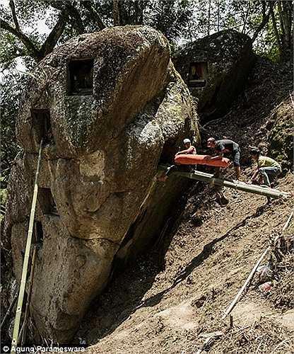 Xác chết được đưa vào những lỗ đá nhỏ trên núi cao