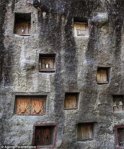 Những người đã chết được đặt trong các hốc đá vuông vức trước khi được đem ra mặc quần áo mới