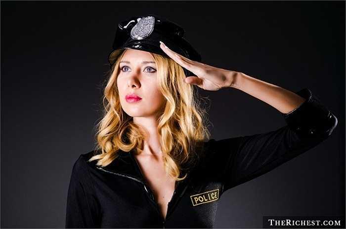 Chắc hẳn bạn đã từng ngắm các nữ cảnh sát nóng bỏng trong hàng loạt bộ phim hành động Mỹ. Sức hấp dẫn của họ không dịu dàng, trong sáng như y tá, diễn viên mà đầy bí ẩn, cá tính.