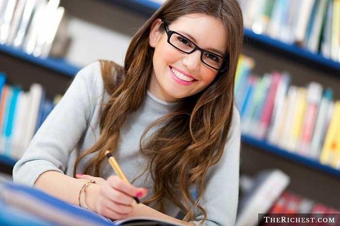 Có thể nhiều người không coi sinh viên là một nghề nghiệp nhưng dù gì các nữ sinh cũng có vẻ hấp dẫn không thể chối cãi được. Phần lớn sinh viên đều trong độ tuổi từ 18-24, độ tuổi đẹp nhất cuộc đời người phụ nữ.