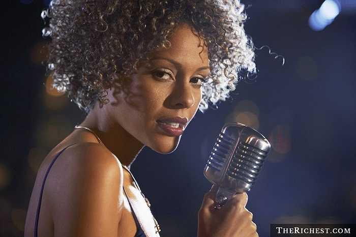 Nữ ca sĩ thu hút người đối diện bởi tài năng và giọng hát đặc trưng. Sự quyến rũ, dịu dàng dưới ánh đèn sân khấu cũng khiến họ trở nên xinh đẹp hơn.