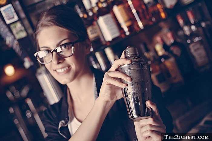 Bartender (nhân viên pha chế) là một công việc khá mới mẻ dành cho nữ giới. Song những người làm nghề này thường có sự hấp dẫn nhất định bởi hơi men, mùi thơm của rượu và đồ uống theo họ suốt cả ngày.