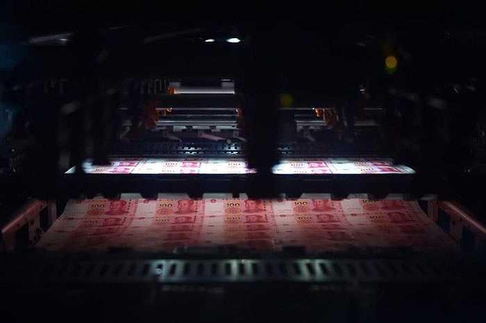 Mẫu tiền 100 NDT mới được tăng cường kỹ thuật chống tiền giả và chất lượng in tốt hơn. Trong hình là cảnh in tiền mới tại nhà máy in ấn tiền của Trung Quốc.