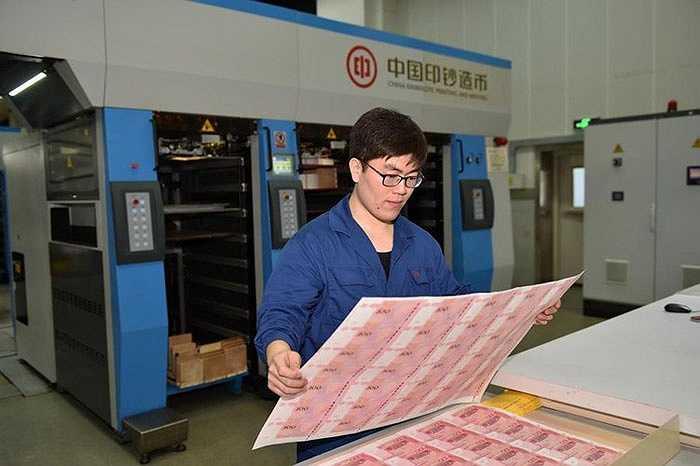 Tiền 100 NDT là loại tiền giấy mệnh giá cao nhất ở Trung Quốc, được phát hành lần đầu tiên vào năm 1999, seri mới đây nhất phát hành năm 2005.