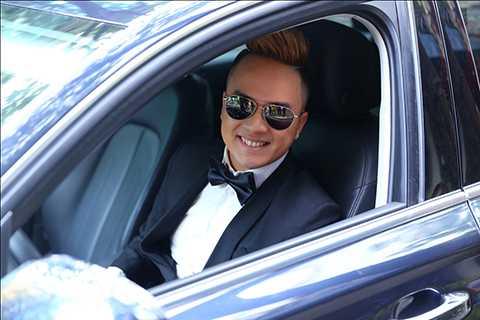 Nam ca sĩ đã tự lái xe đến buổi ra mắt sản phẩm âm nhạc của mình.