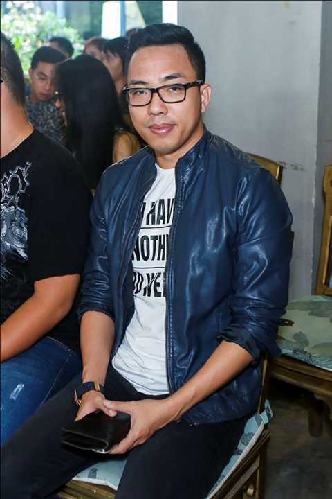 Nhạc sĩ Nguyễn Hồng Thuận cũng dành thời gian đến chung vui cùng nam ca sĩ.