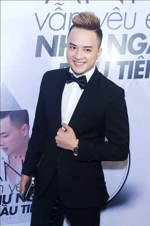 Ngay khi có mặt, Cao Thái Sơn lập tức thu hút được sự chú ý của quan khách và giới báo chí bởi vẻ điển trai và nụ cười hút hồn.