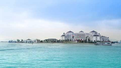 Vinpearl Hạ Long Bay Resort hiện lên giữa biển như một lâu đài cổ tích tráng lệ.