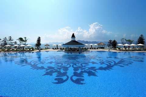 Bể bơi ngoài trời trang xanh ngát với tầm nhìn bao quát Vịnh Hạ Long.