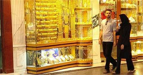 Nổi tiếng trên thế giới từ những năm 40, chợ vàng Gold Souk buôn bán số lượng vàng ước tính 10 tấn mỗi ngày.
