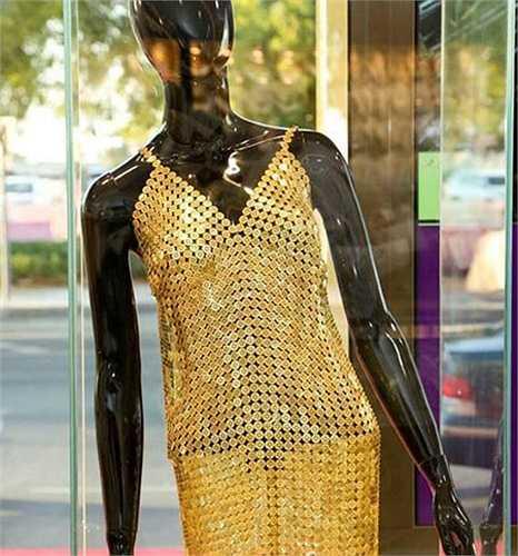 Có cửa hàng vàng ở đây còn trưng bày cả bộ váy chế tác từ vàng lộng lẫy.