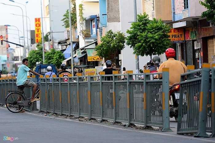 Đường Luỹ Bán Bích (quận Tân Phú, TP HCM) vừa được Sở GTVT TP hoàn thành nâng cấp vào đầu năm 2015. Tuy nhiên, thời gian gần đây nhiều đoạn dải phân cách cứng bị người dân tự ý tháo dỡ để qua đường, bất chấp nguy hiểm.