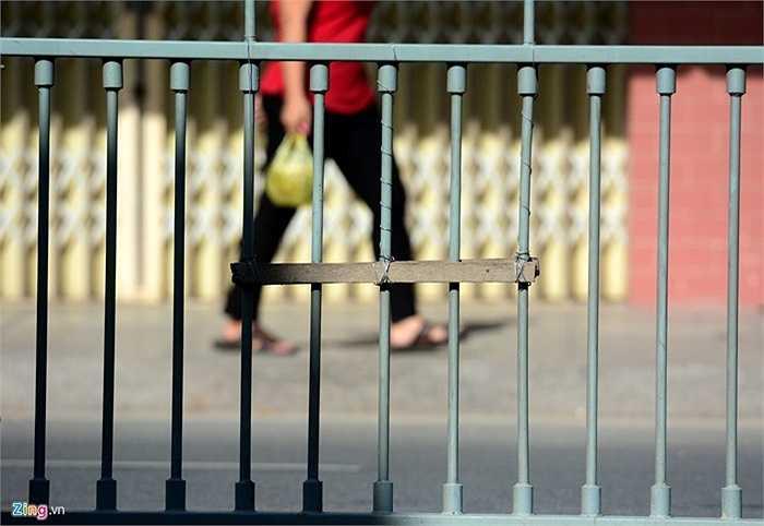 Đoạn đường Tân Hoá nối Luỹ Bán Bích cũng xuất hiện nhiều khúc gỗ do người dân buộc vào để giẫm chân leo qua. (Nguồn: Zing.vn)