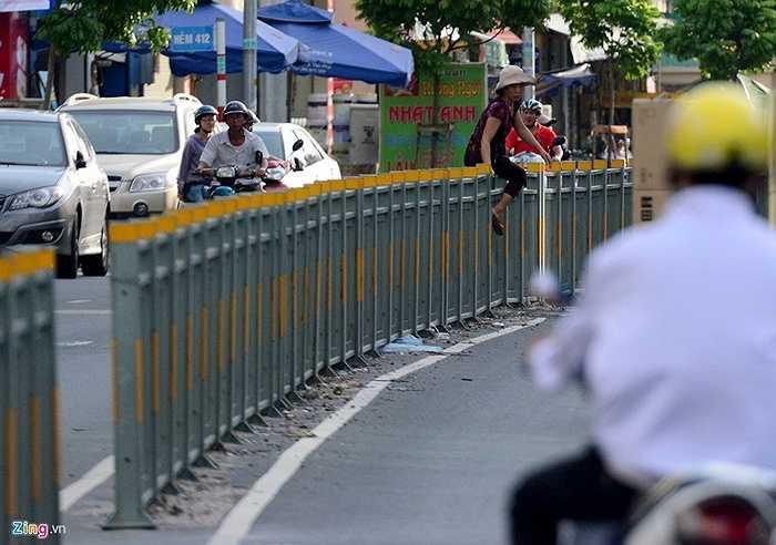 Tháo dỡ rồi nhiều người vẫn lười đi vòng bằng cách trèo qua để sang đường.
