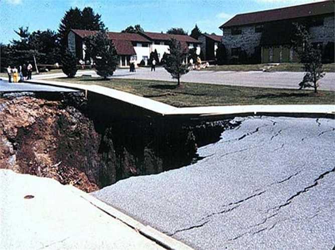 Hố khổng lồ Macungie. Hố khổng lồ này được hình thành tháng 6/1986 tại bang Pennsylvania, Hoa Kỳ. Nguyên nhân gây ra thảm họa này là do hệ thống thoát nước của khu vực này bị hư hỏng nặng nề và làm đất bị nứt toác