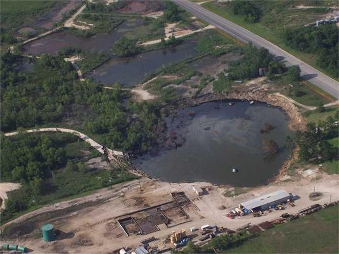 Hố khổng lồ Daisetta. Đây là một trong những hố sụt lún nhỏ nhất thế giới với chiều rộng khoảng 6m. Hố khổng lồ được hình thành ở khu vực khai thác dầu khí lâu năm và khiến cho vùng đất này bị biến đổi nghiêm trọng