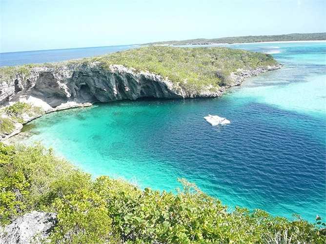 Hố khổng lồ Dean's Blue. Nằm ở khu vực vùng biển Bahamas, hố khổng lồ Dean's Blue là hố sâu nhất nằm dưới mực nước biển với độ sâu khoảng 200m. Khách du lịch thường lui tới đây để thỏa mãn sở thích lướt sóng