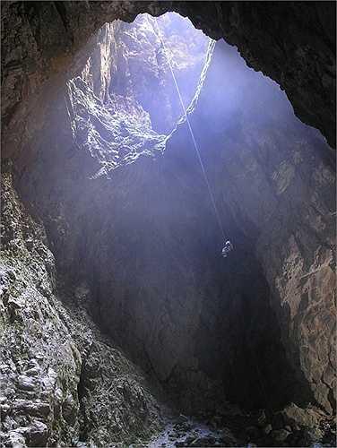 Hố sâu Harwood. Hố khổng lồ này nằm ở công viên quốc gia Abel Tasman ở New Zealand. Người tìm ra đầu tiên là nhà thám hiểm Henry Harwood từ những năm 1920 nhưng cho đến năm 1958 nó mới thực sự được khám phá hoàn toàn