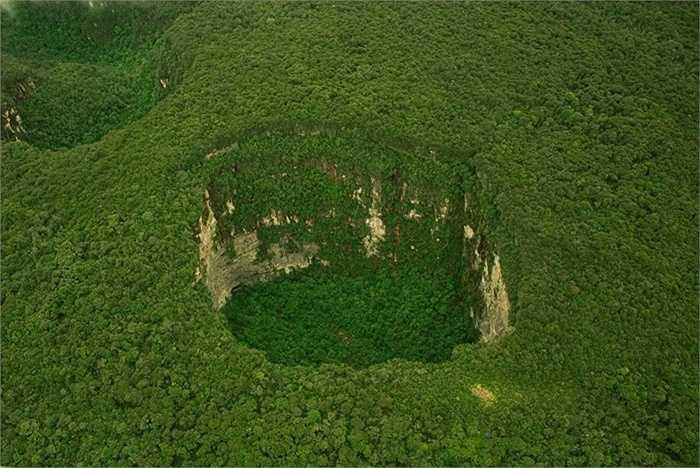 Hố Sarisariñama. Đây được coi là hố sụt lún bí ẩn và đẹp nhất ở Venezuela. Hệ sinh thái ở đây cũng được coi là độc nhất vô nhị trên toàn thế giới. Mặc dù, các nhà khoa học đã tốn nhiều công sức tìm kiếm nhưng nguồn gốc hình thành hố sâu này vẫn là một bí ẩn với thế giới