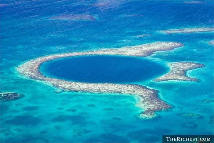Hố Great Blue. Hố khổng lồ này nằm ở vùng bờ biển Belize và đóng vai trò là một trong những khu sinh thái của quốc gia này. Nó chỉ sâu hơn 120m. Người tìm ra nó Jacques Cousteau gọi đây là địa điểm hàng đầu để lặn biển
