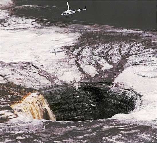 Hố Agrico Gypsum. Một trong những hố sâu kinh hoàng và rộng lớn nhất thế giới nằm ở Floria, Mỹ và được phát hiện vào năm 1994, tên đầy đủ của nó là Agrico Gypsum Stack. Những người đã từng qua đây cảm tưởng rằng hố sâu này như một vết nứt lớn do mặt trăng rơi xuống Trái đất.