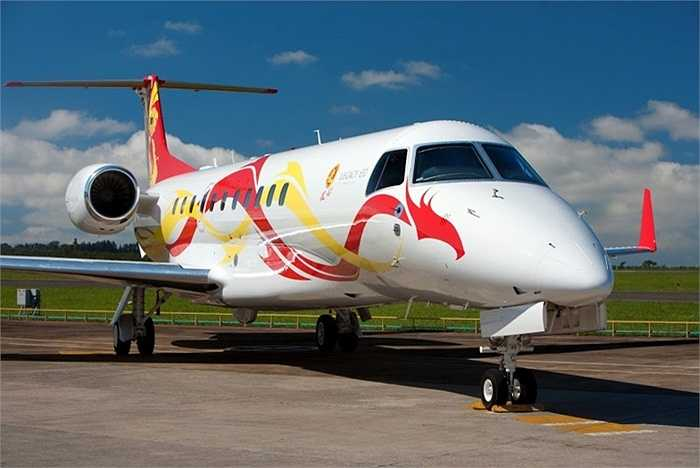 Embraer Legacy 650. Siêu sao võ thuật Thành Long là người sở hữu chiếc Embraer Legacy 650 nổi tiếng thế giới. 'Lâu đài bay' này được trang bị các tiện ích xa xỉ mang lại sự thoải mái cho chủ nhân và đặc biệt nó có thể vận hành trong một khoảng thời gian đủ dài để Thành Long có thể thoải mái đi đi về về giữa Mỹ và Trung Quốc