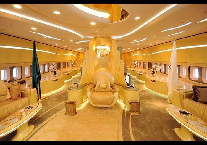 Airbus A380. Người nổi tiếng nhất sở hữu chiếc Airbus A380 sang chảnh là Hoàng tử Al-Waleed bin Talal của Ả Rập Xê-út. 200 triệu USD là số tiền Hoàng tử phải bỏ ra. Đặc biệt nhất là Airbus A380 là garage ô tô được thiết kế dành riêng cho những chiếc Rolls Royce