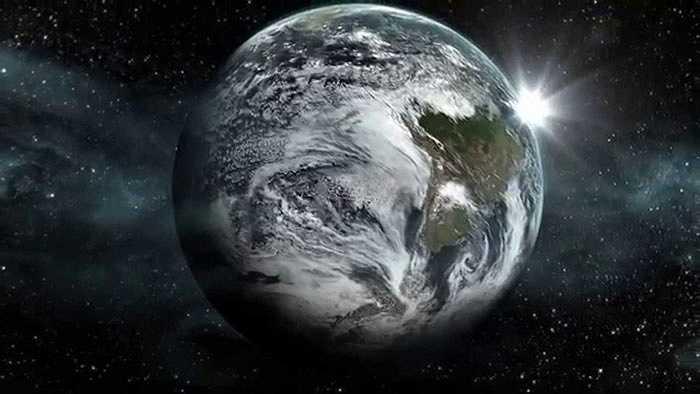 Người anh song sinh của Trái đất, Kepler-452b nằm cách Trái đất 1.400 năm ánh sáng, kích thước lớn gấp Trái đất 1,6 lần, có ngôi sao mẹ rất giống Mặt Trời. Quan trọng nhất, Kepler-452b nằm trong 'vùng sống', nơi nước có thể tồn tại dưới dạng lỏng nhờ nhiệt độ thích hợp, làm dấy lên hi vọng về một hành tinh sống khác như Trái đất. Tuy vậy, hiện vẫn chưa thể khẳng định trên bề mặt Kepler-452b có đại dương như trên Trái đất hay không.