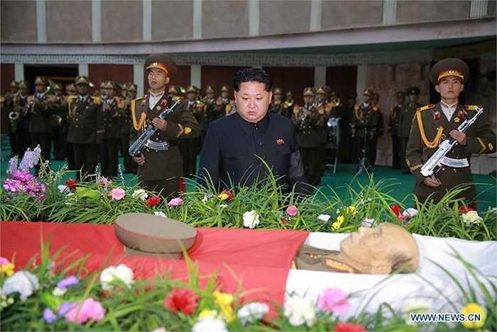 Ông Kim Jong-un trước linh cữu Nguyên soái Ra Uh Sol