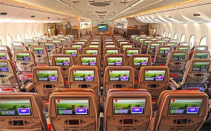 Máy bay A380 mà hãng hàng không Emirates vừa nhận có thân rộng, với 615 chỗ ngồi, nhiều hơn 130 chỗ so với trước đây. Chiếc máy bay này cũng đã được Vietnam Airlines nhận hồi đầu năm nay ở Việt Nam