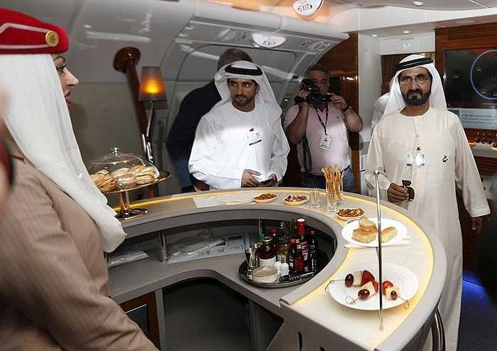 Trên máy bay, hành khách được phục vụ sâm panh, cocktail, đồ ăn thịnh soạn.