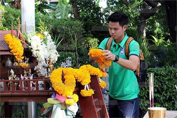 Trước trận đấu với Đài Loan TQ, toàn đội Thái Lan đi cầu an