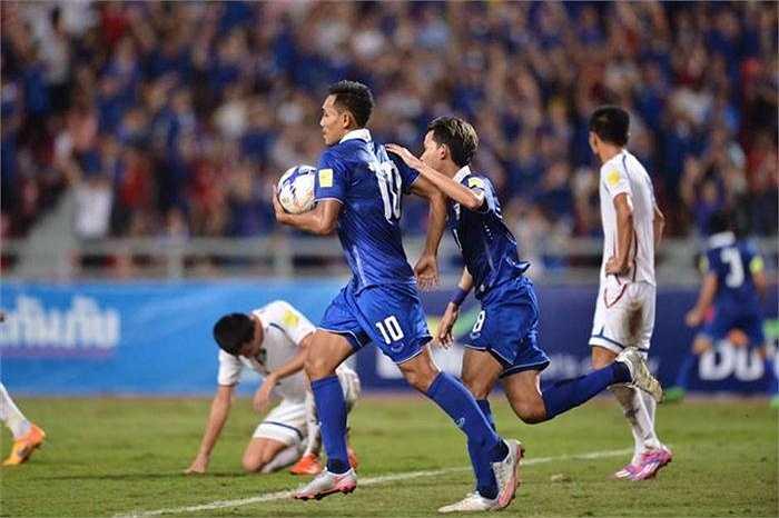 Lần lươt các phút 41, 52, Teerasil Dangda và Pokklaw Anan ghi bàn gỡ hòa 2-2 cho Thái Lan
