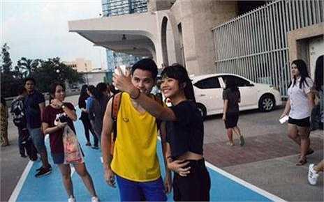 Đội trưởng Theerathon Bunmathan vui vẻ 'tự sướng' cùng fan ngoài sân Rajamangala