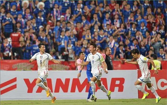 Nhưng thật bất ngờ khi Yaki Yan của Đài Loan TQ bất ngờ đánh đầu cận thành từ một tình huống phạt góc, tung lưới Thái Lan ngay ở phút thứ 3