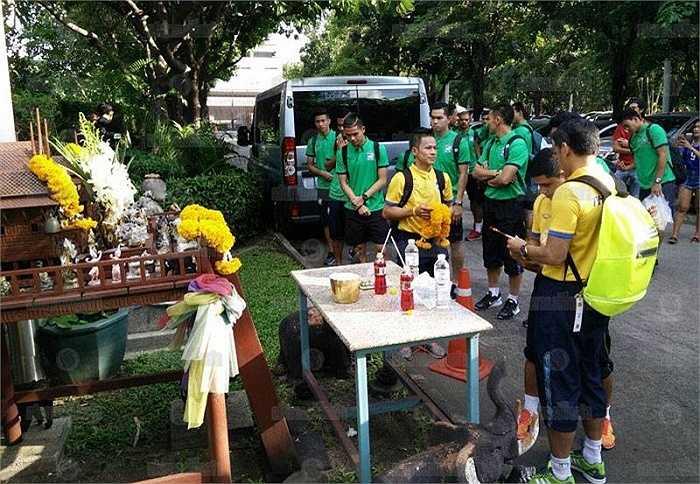 Trước các trận đấu, đội tuyển Thái Lan đều đi lễ như thế này.