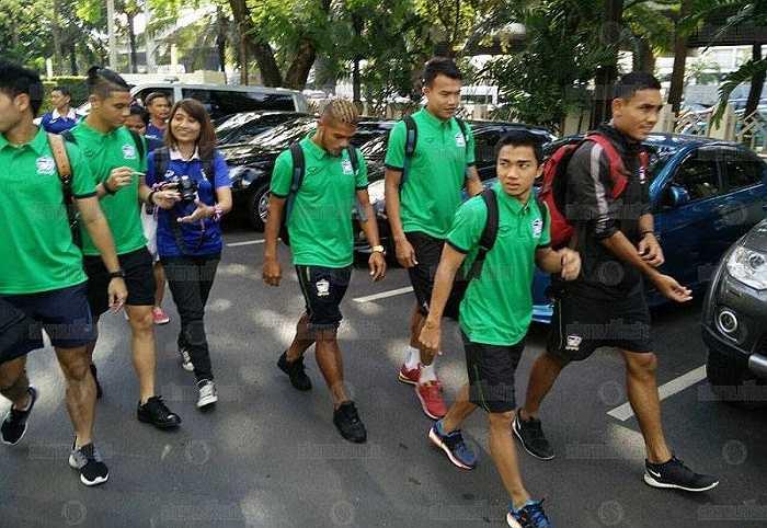 Làm lễ xong, các cầu thủ rảo bước về phía sân vận động. Họ sẽ gặp Đài Loan trong khuôn khổ vòng loại World Cup 2018 vào 19h tối nay