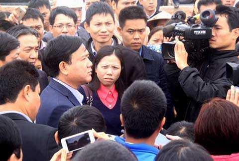 Người dân vây quanh Bộ trưởng Đinh La Thăng để kiến nghị làm cống qua đường gom tại dự án Nội Bài - Nhật Tân. Ảnh: Đ.Loan