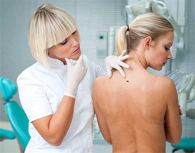 Ung thư da: Theo một nghiên cứu mới nói rằng những người phụ nữ có làn da trắng và có mái tóc màu đỏ hoặc vàng, và những người tắm nắng quá nhiều dễ bị mắc bệnh ung thư da. Các nguyên nhân khác của loại ung thư này do lịch sử gia đình có người bị.