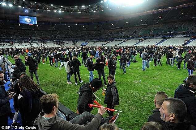 Tuy nhiên, trận đấu vẫn diễn ra trọn vẹn. Sau đó, hàng ngàn fan hâm mộ được sơ tán xuống dưới sân để đảm bảo an toàn.